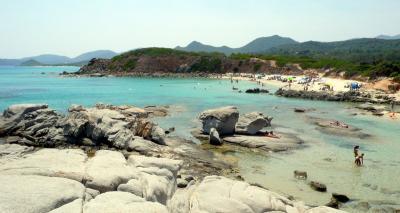 La spiaggia di Santa Giusta e lo scoglio di Peppino